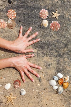 Фотография на тему Маникюр на руках молодой женщины