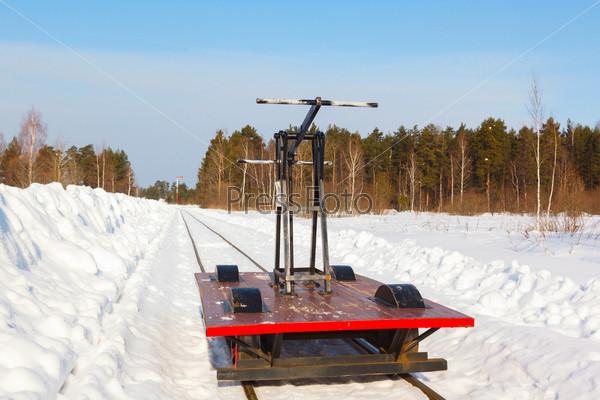Фотография на тему Тележка на узкой дорожке в снегу и голубое небо