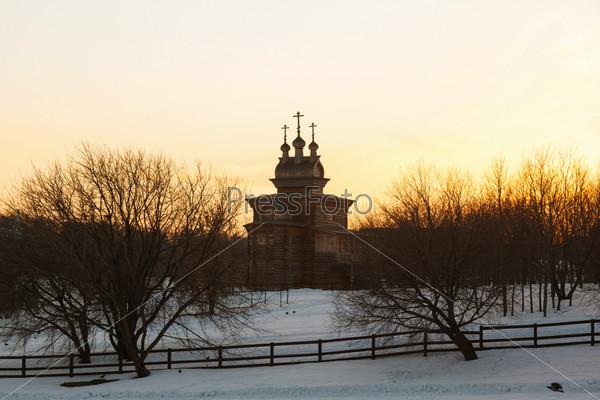 Фотография на тему Деревянная церковь на закате