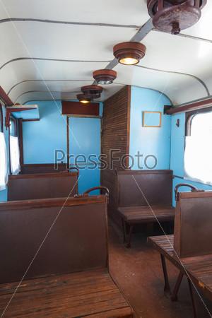 Старый пассажирский вагон с деревянными лавками