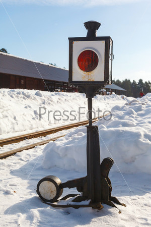 Фотография на тему Старая железнодорожная стрелка с фонарем в снегу