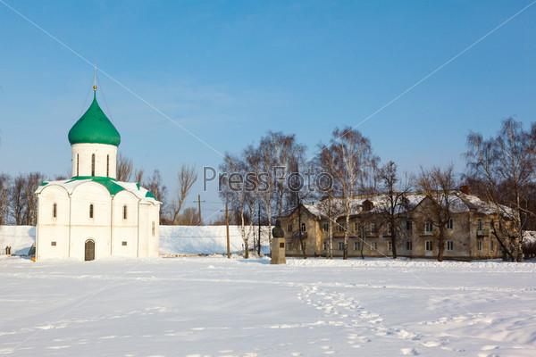 Фотография на тему Белый шпиль церкви с куполами
