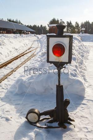 Старая железнодорожная стрелка с фонарем в снегу