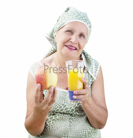 Женщина с стаканом свежего апельсинового сока и спелым яблоком на белом фоне