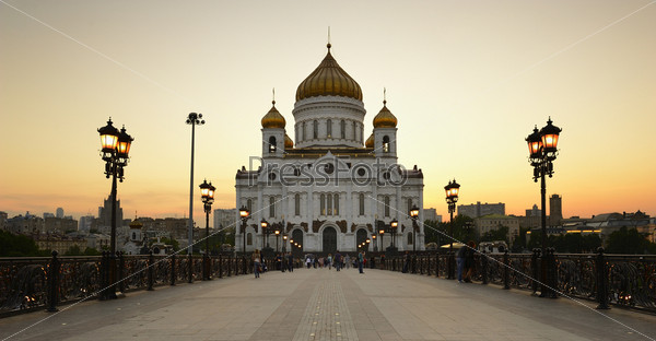 Храм Христа Спасителя на фоне заката