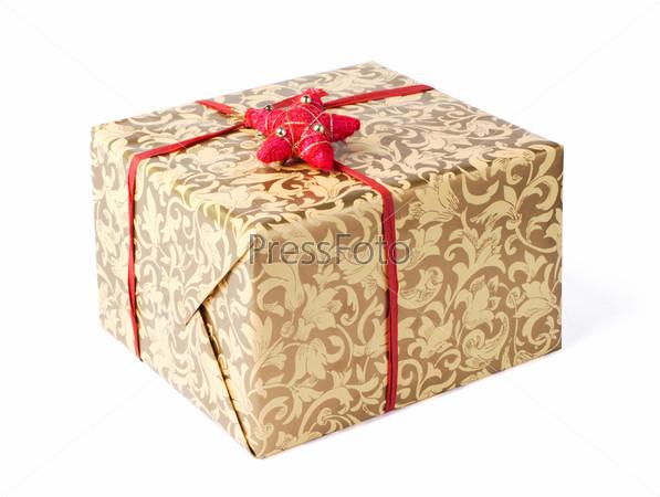 Золотая подарочная коробка с красной лентой и звездой