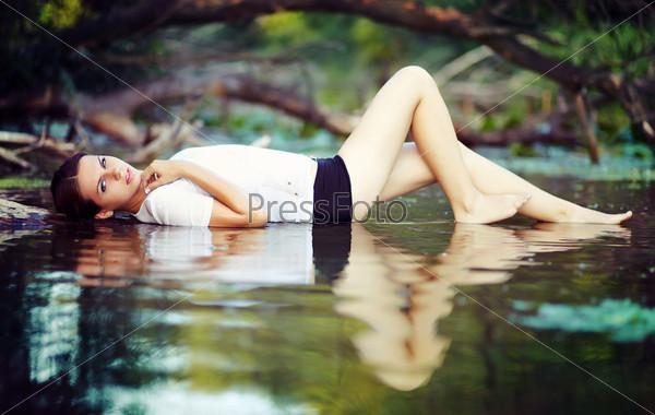 Девушка, лежащая на воде