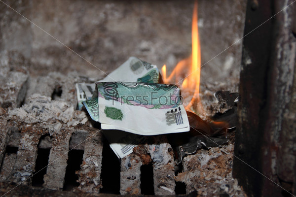 Деньги, горящие в печи