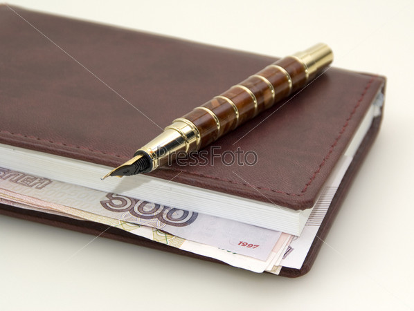 Фотография на тему Стильный ежедневник с купюрами и золоченая перьевая чернильная ручка