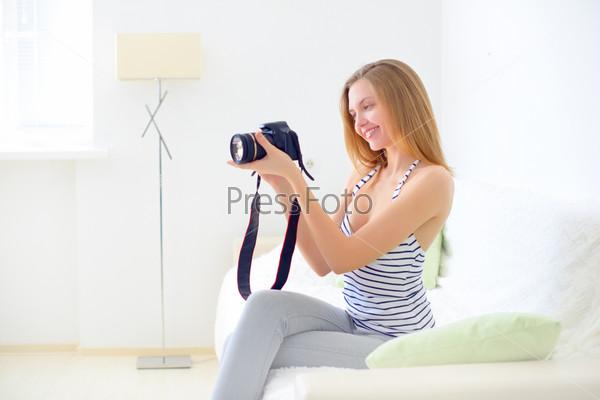 Фотография на тему Девочка-подросток с цифровым фотоаппаратом