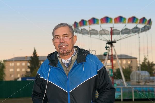 Фотография на тему Пожилой мужчина в детском парке
