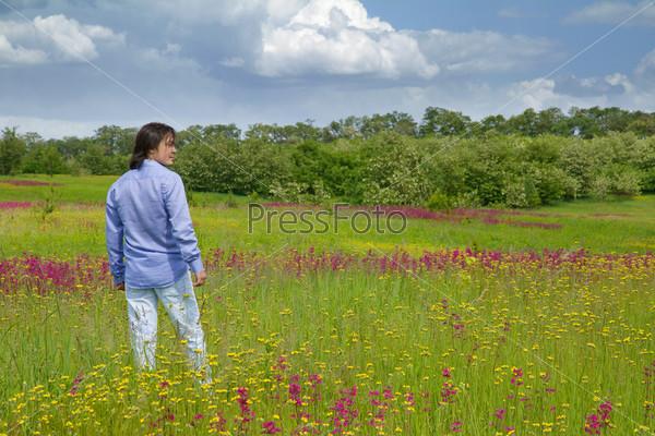 Фотография на тему Молодой человек наслаждается природой