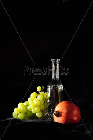 Фотография на тему Бутылка, виноград, гранат