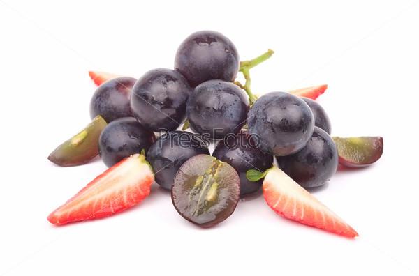 Фотография на тему Спелый виноград и клубника на белом фоне