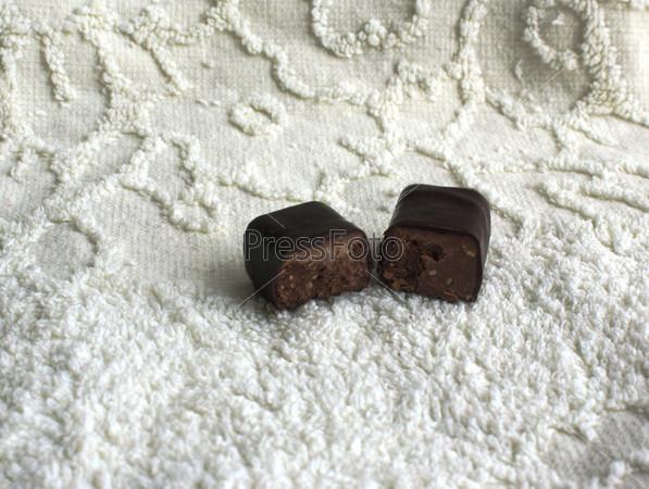 Фотография на тему Шоколадная конфета на белом фоне