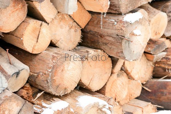 Сложенные в кучу дрова