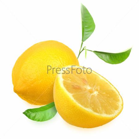 Фотография на тему Свежий желтый лимон с зелеными листьями