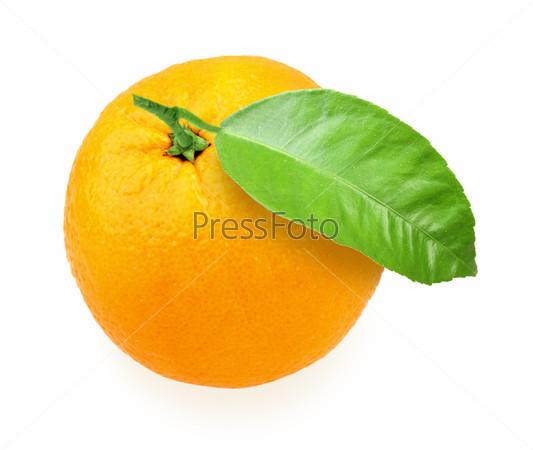 Апельсин с зелеными листьями