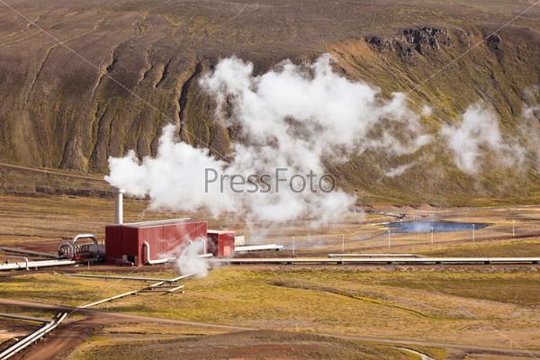 Геотермальная электростанция в Исландии в солнечный летний день