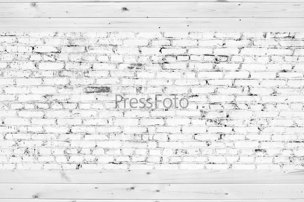 Старая кирпичная стена из белого кирпича и деревянные планки