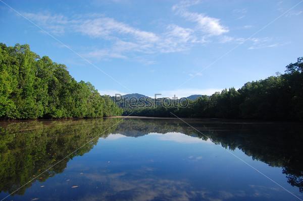 Холмы, отражающиеся в реке