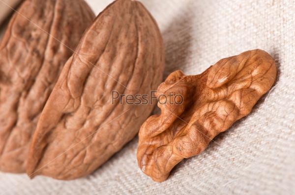 Фотография на тему Грецкие орехи на старой ткани