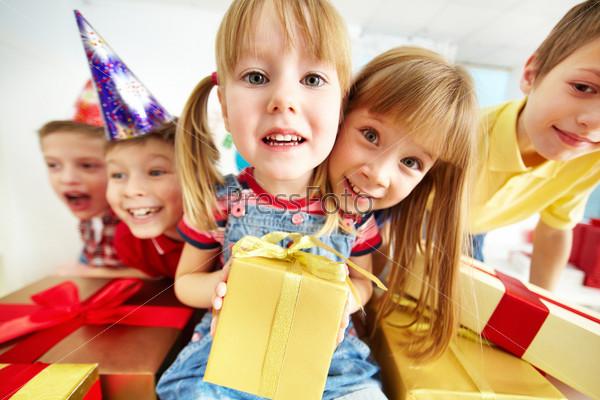 Фотография на тему Дети с подарками