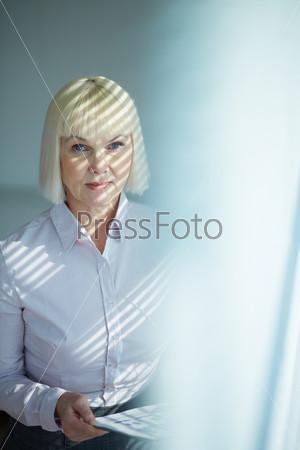 Пожилая бизнес-леди