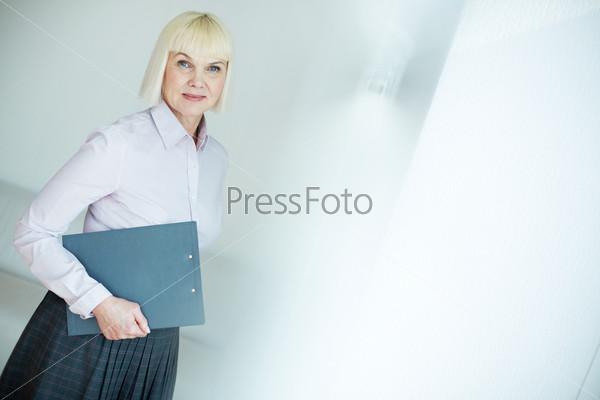 Фотография на тему Женщина с документом