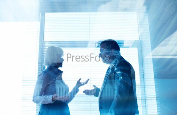 Фотография на тему Деловые партнеры общаются