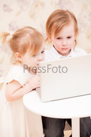Дети с ноутбуком в помещении