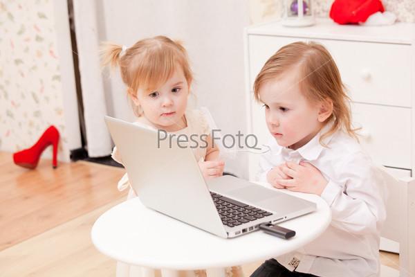 Фотография на тему Дети с ноутбуком в помещении