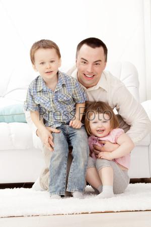 Портрет счастливого молодого парня с детьми