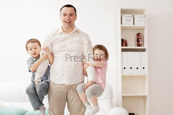 Фотография на тему Портрет счастливого молодого парня с детьми