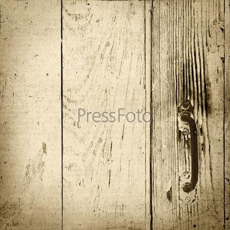 Потертая белая дверь с ржавой металлической ручкой
