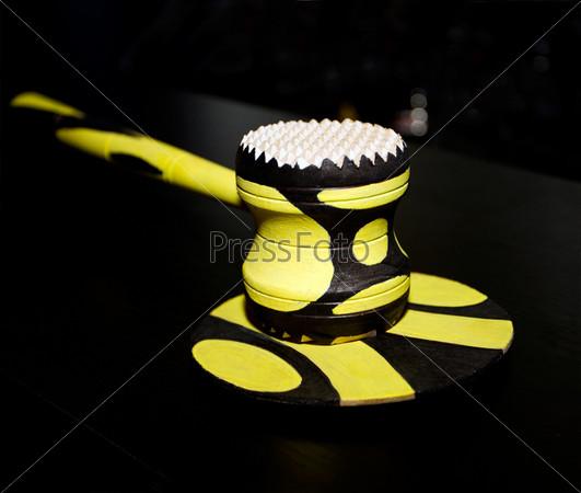 Желтый аукционный молоток на черном фоне