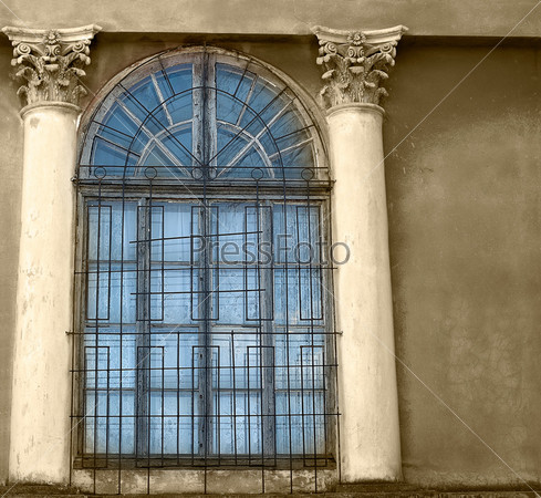 Старые деревянные окна с бетонными стенами и колоннами, сепия