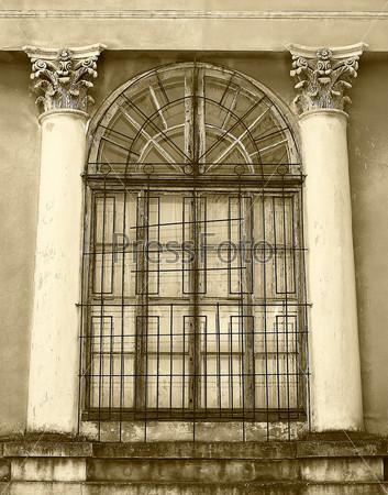 Фотография на тему Старые деревянные окна с бетонными стенами и колоннами, сепия
