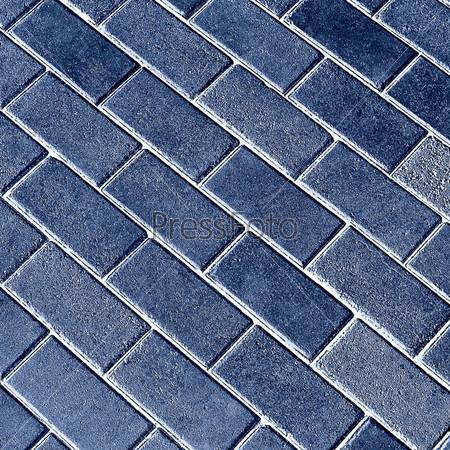 Гармоничный узор из синей плитки на земле