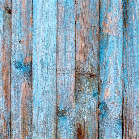 Деревенский деревянный забор с синей краской