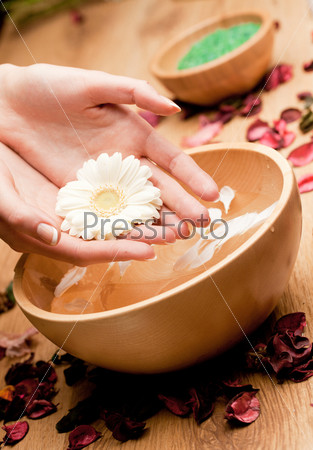Спа. Женские руки с цветком