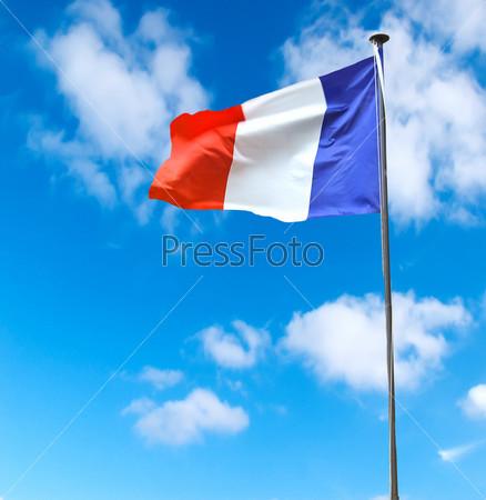 Французский флаг на фоне голубого неба