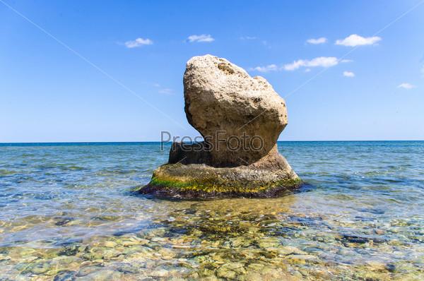 Камень в Азовском море вблизи поселка Курортное