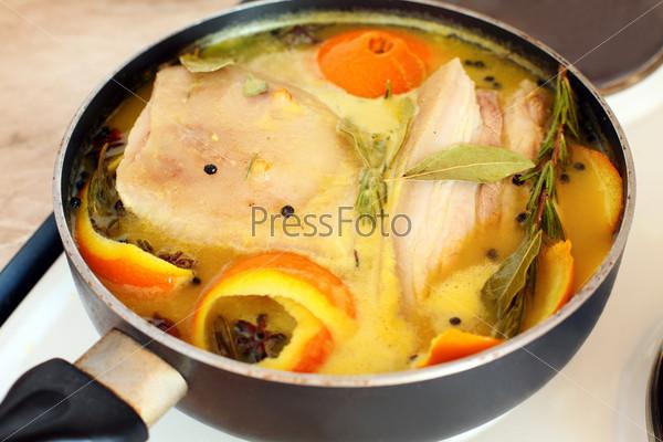 Свинина в апельсиновом соке с добавлением специй