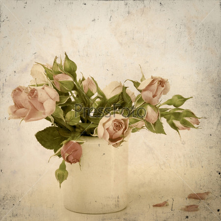Розы в вазе на старом грязном фоне