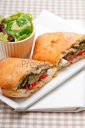 Бутерброд чиабатта панини из овощей и сыра фета