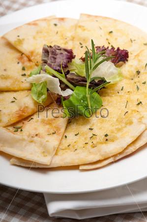 Пицца из чесночного хлеба пита с салатом