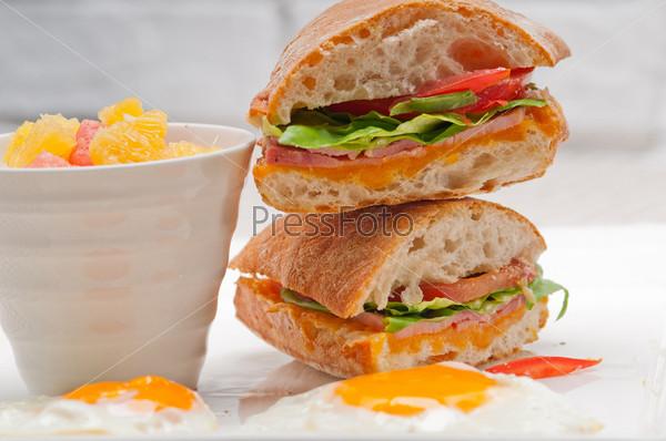 Сэндвич чиабатта панини с яйцом, томатом и салатом