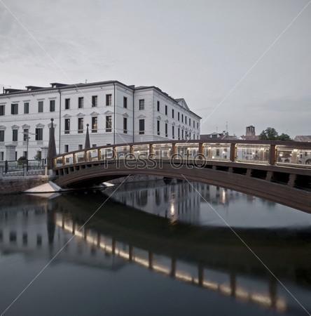 Фотография на тему Деревянный пешеходный мост на фоне университета, Тревизо, Италия