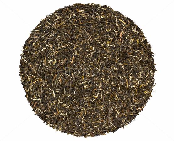Черный и зеленый чай с жасмином на белом фоне